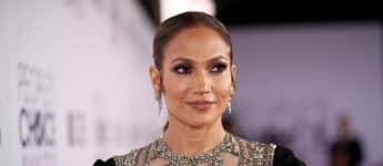 Jennifer Lopez shows her awesome body