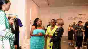 Anifa Mvuemba y Ana Wintour en la pasarela de Teen Vogue