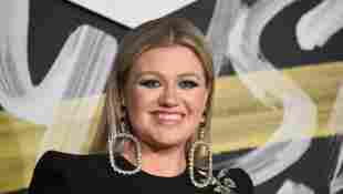 """Kelly Clarkson Performs Her Festive Hit """"Underneath The Tree"""" - Watch It Here"""