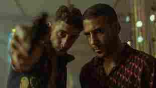 Enric Auquer y Miguel Ángel Silvestre en una escena de la serie 'Sky Rojo'