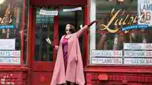 "Rachel Brosnahan como ""Miriam Maisel"", piloto de 'La maravillosa Sra. Maisel'"