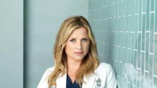 Jessica Capshaw en un still promocional de 'Grey's Anatomy'