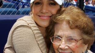Jennifer Lopez y su abuela