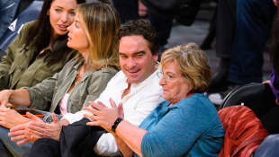 Johnny Galecki y su madre Mary Lou