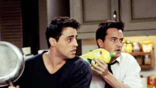 Matt LeBlanc y Matthew Perry en una escena de 'Friends'
