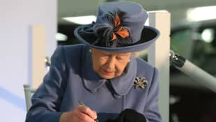 Queen Elizabeth Mails Replies To Prince Philip Tributes