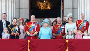 Reina Isabel II, príncipe Carlos, Kate Middleton, príncipe William, Meghan Markle, príncipe Harry y otros elementos de la realeza británica