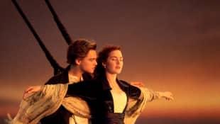 Leonardo DiCaprio y Kate Winslet en una imagen promocional de la película 'Titanic'