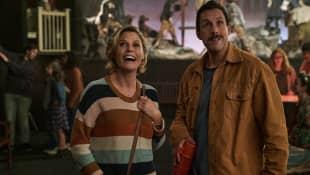 Adam Sandler y Julie Bowen en una escena de la película 'Hubie Halloween'