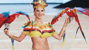 Daniella Álvarez en traje tradicional