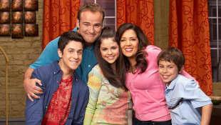 David Henrie, David DeLuise, Selena Gomez, Maria Canals y Jake T. Austin en un still promocional de la serie 'Los hechiceros de Waverly Place'