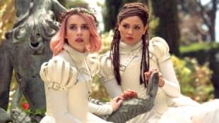 Emma Roberts y Eiza Gonzalez en 'Paradise Hills'
