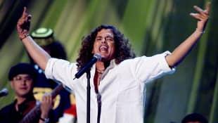 Estas son las canciones más bailables de Carlos Vives. ¡No podrás resistirte!