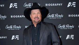 """Garth Brooks makes Kelly Clarkson cry by signing a cover of """"To Make You Feel My Love"""""""