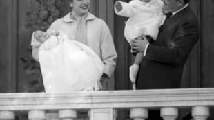 Grace Kelly, el Príncipe Rainier III y sus hijos la Príncesa Caroline y el Príncipe Albert en 1958