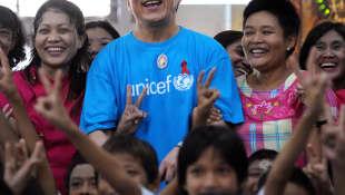 Jackie Chan posa con niños el personal como parte de su campaña de UNICEF el 7 de julio de 2012
