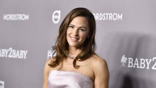 Jennifer Garner got a surprise phone call from Julie Andrews and the pictures are hilarious!