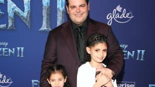 Josh Gad con sus hijos