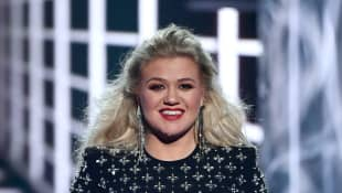 """Kelly Clarkson Gives New Life To Halsey's """"Graveyard"""" - See Her Cover Here!"""