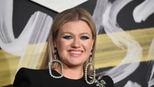 "Kelly Clarkson Performs Her Festive Hit ""Underneath The Tree"" - Watch It Here"