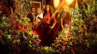 Darío Yazbek, Isela Vega, Cecilia Suárez, Aislinn Derbez y Juan Pablo Medina en una imagen promocional de 'La casa de las flores'