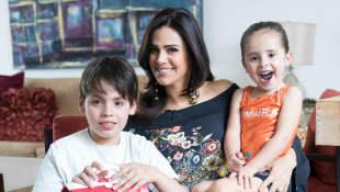 Luz Elena González y sus hijos