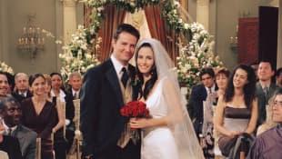 Matthew Perry y Courteney Cox en una imagen promocional de la serie 'Friends'