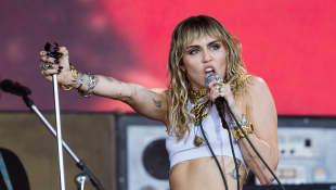 Miley Cyrus canta cover de los Beatles en un estadio vacío