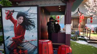 Escaparate con anuncio de Mulan
