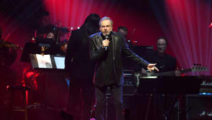 Neil Diamond Gives Surprise Performance Two Years After Retiring Due To Parkinson's Diagnosis