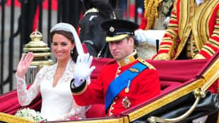 El príncipe William y la princesa Catherine abandonan la abadía de Westminster en un carruaje después de su ceremonia de boda en Londres el 29 de abril de 2011.