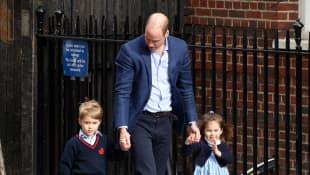 El principe William lleva a los príncipes George y Charlotte al hospital a conocer a su hermano Louis