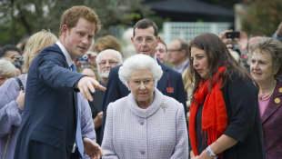 Príncipe Harry y la reina Isabel