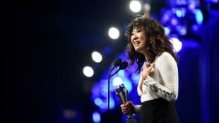 Sandra Oh recibe premio en los Critic's Choice Awards por su serie 'Killing Eve'
