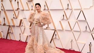 Sandra Oh en la alfombra roja de los Premios Oscar de 2020
