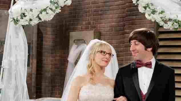 Melissa Rauch y Simon Helberg en una escena de la serie 'The Big Bang Theory'