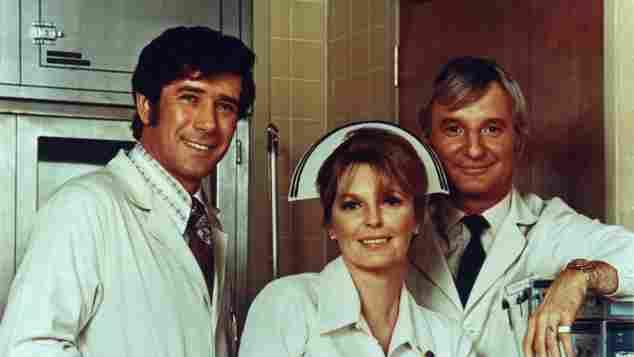 "Robert Fuller, Julie London und Bobby Troup in ""Notruf California"" 1972"
