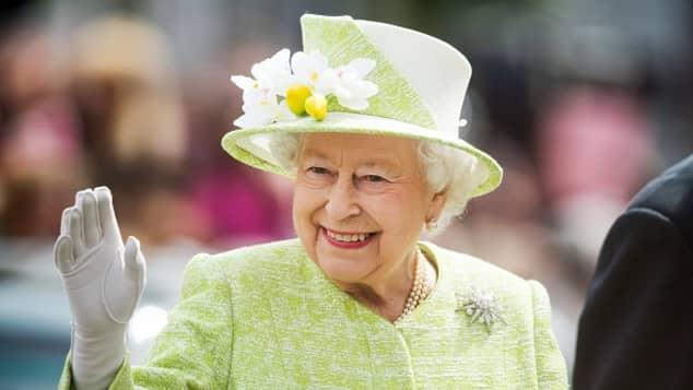 El palacio de Buckingham lanza su propia ginebra ¡Con ingredientes del jardín de la Reina!
