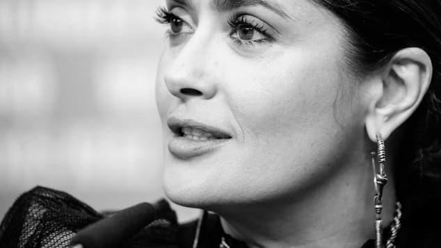 Salma Hayek lanza un valiente mensaje de unión tras unirse a challenge
