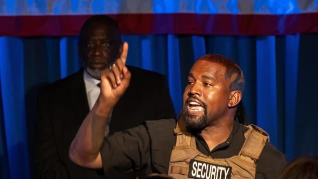 """Kanye West sufre crisis en Twitter; afirma que las Kardashian lo quieren """"encerrar"""""""