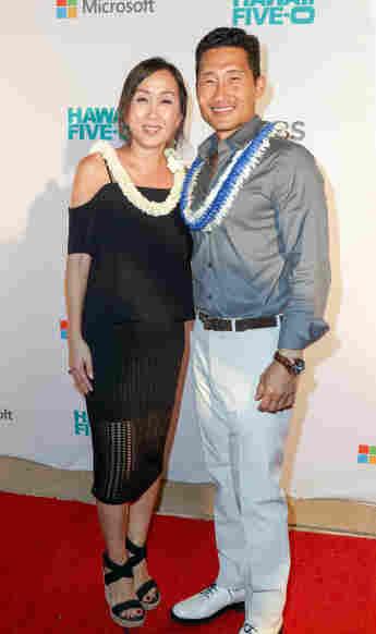 El actor Daniel Dae Kim y su esposa Mia llegan al CBS 'Hawaii Five-0' Sunset On The Beach Season 7 Premier Event en Queen's Surf Beach el 23 de septiembre de 2016 en Waikiki, Hawaii