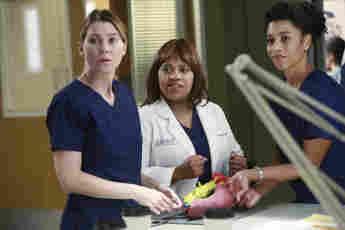 """Ellen Pompeo y Chandra Wilson en """"Anatomía de Grey"""""""