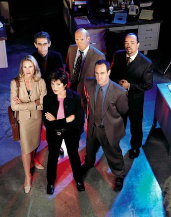 El elenco de 'La ley y el orden: UVE' en la temporada 2 (2000).