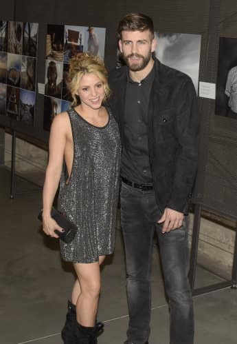 Shakira en un traje sexy de neben ihrem Mann Gerard Piqué