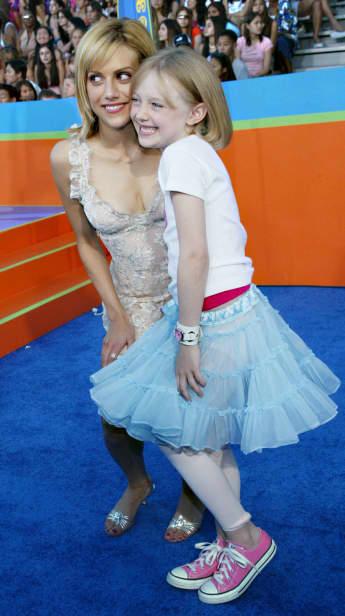Brittany Murphy y Dakota Fanning en los Teen Choice Awards de 2003