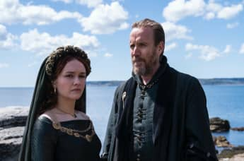 Olivia Cooke y Rhys Ifans en una escena de la serie 'House of the Dragon'