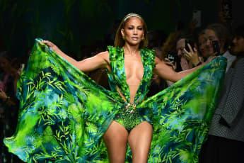 Jennifer Lopez vistiendo Versace en 2019