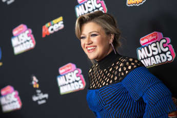 "Kelly Clarkson Puts Her Own Spin On Drake's ""Hold On, We're Going Home"""