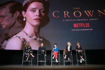 Krista Smith, Peter Morgan, Claire Foy, Vanessa Kirby y Jane Petrie
