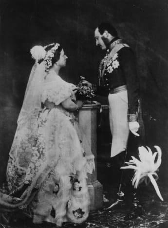 La Reina Victoria y el Príncipe Alberto recreando los retratos de su boda en 1854